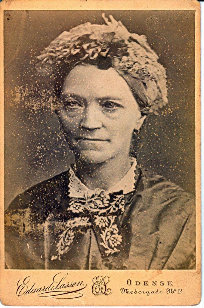 Mormor Christofine Andersen står der bag på billedet. Døde da hun var 54 aar. Fotograf Eduard Lassen boede kun i Nedergade 12 i 1881-1882 så hun må være født cirka 1828 eller et par år før