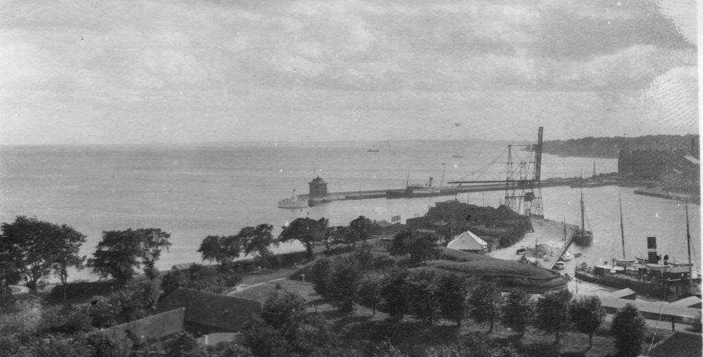 59.127  Havnen i Helsingør  Hjuldamperen GEFION ved Sdr. Mole, og Isbryderen THOR ved NDR. Mole på sin faste plads fra år 1890 til 1938,  ( iflg. Kenneth Verting)  H-H 21.5.17