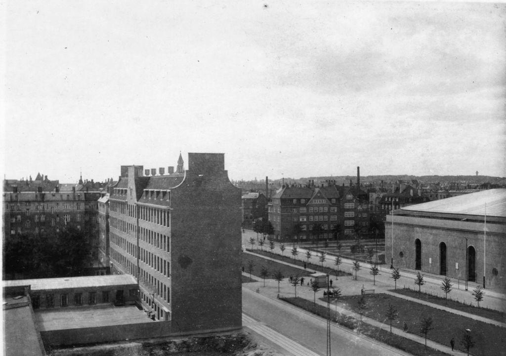 59.4  Udstillingshallen Forum fotograferet fra loftet af Rosenørns Alle 11. Købmndsskolen er bygget og der er gravet noget ud til Handelshøjskolen. Postnummer 1970