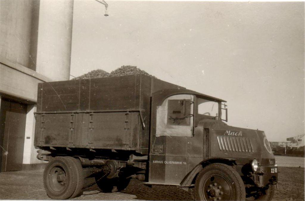 65.6 Mack tilhørende Århus Oliefabrik.  Bilen er fra ca. 1920-22  Nummerpladen er fra mellem 1950-58   G-Å. DVK  13.1.18