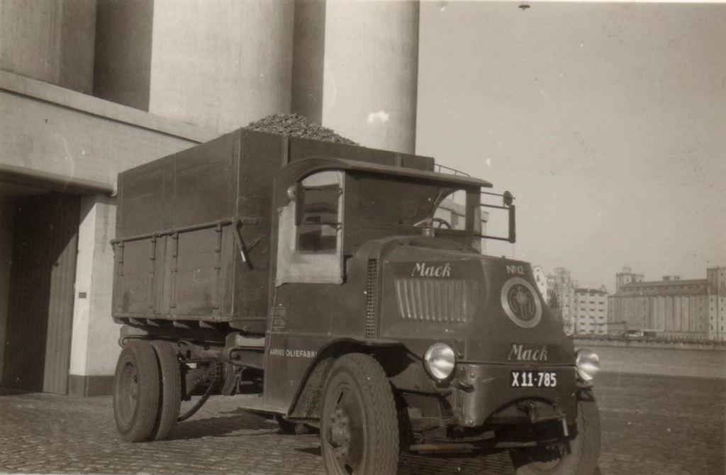 65.8  Mack tilhørende Århus Oliefabrik.  Bilen er fra ca. 1920-22  Nummerpladen er fra mellem 1950-58   G-Å. DVK  13.1.18