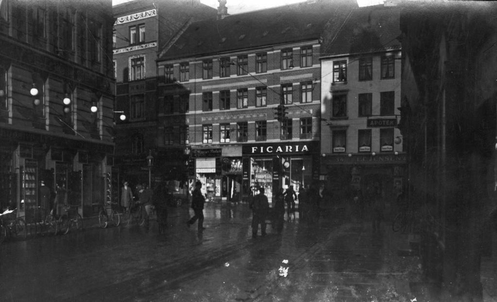 66.21  Griffenfeldsgade/Nørrebrogade. Postnummer 2200  L. V. Erichsens store isenkram til venstre. Griffenfeld Apotek til højre - skiltet ses lige  G-F 10.11.2017