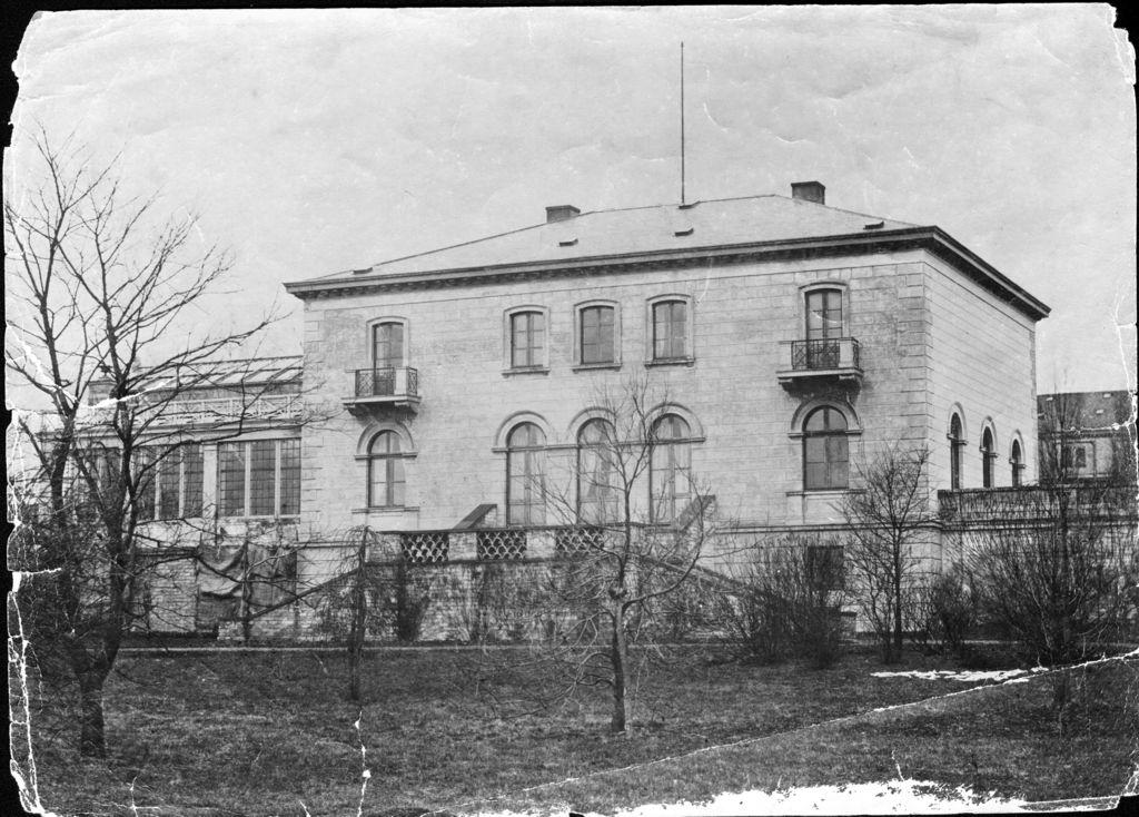 66.7  Kaptajn Brygger Jacobsens villa.  Bygningen blev opført i 1853 som privatbolig for I. C. Jacobsen. I 1876 tilføjedes en søjlehal. I 1858 tilføjedes Vinterhaven, arkitekten var N.C. Nebelong. I 1876 tilføjedes væksthuset Pompeji udformet som en søjlehal. Arkitekten var P.C. Bønecke i samarbejde med J.C. Jacobsen. Huset er bygget i italiensk villastil og kan betegnes som gennemført klassicisme Postnummer 2500 K-O 10.11.17