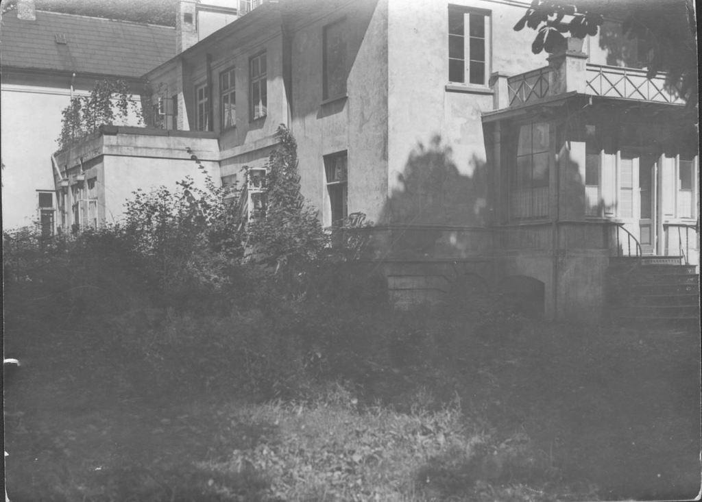 66.9  Lille Tuborg, Strandvejen 117, set fra havnen på gammelt foto  På bagsiden er noteret 26.8.1931 og med vignet fra J. Dencker og søn, Fortunstræde 5. Ukendt fotograf. Postnummer 2100  K-O 10.11.17
