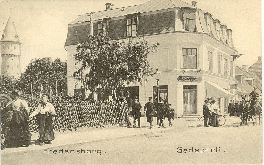 3480.10  Jernbanegade 7 i forgrunden. Vandtårnet, bygget 1906 i baggrunden. Kort afstemplet cirka 1908.