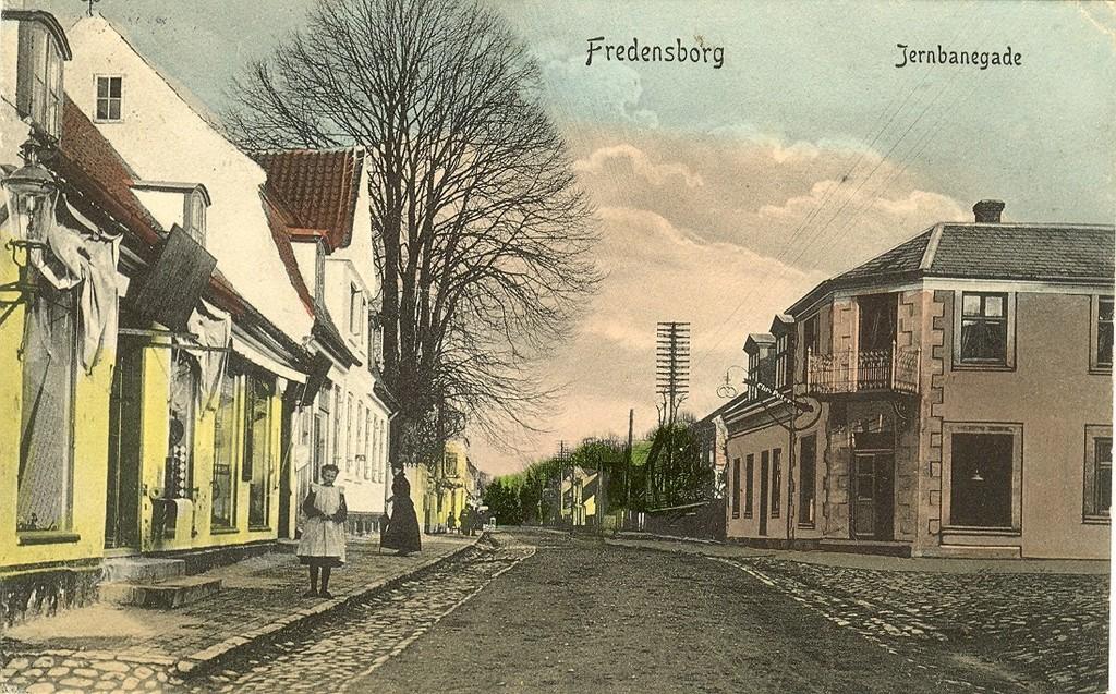 480.11  Jernbanegade med købmandsgården til venstre og bager Chr. Petersens ejendom (senere bager Ravnbak).  Kort afsendt oktober 1912.
