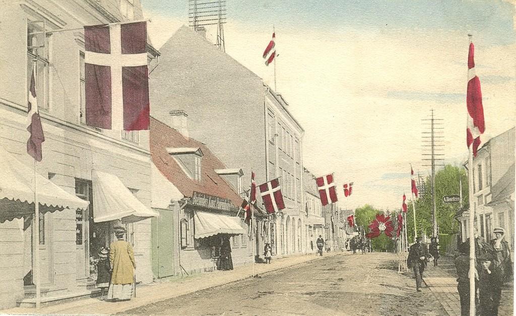 3480.12  Jernbanegade 7, 9,11, 13,15,17 til venstre, Baggesminde nr. 24 til højre. Kortet er fra før 1915 hvor bagerejendommen nr. 26 blev bygget. Arnstrupejendommen nr. 24 A kom først til i 1932.