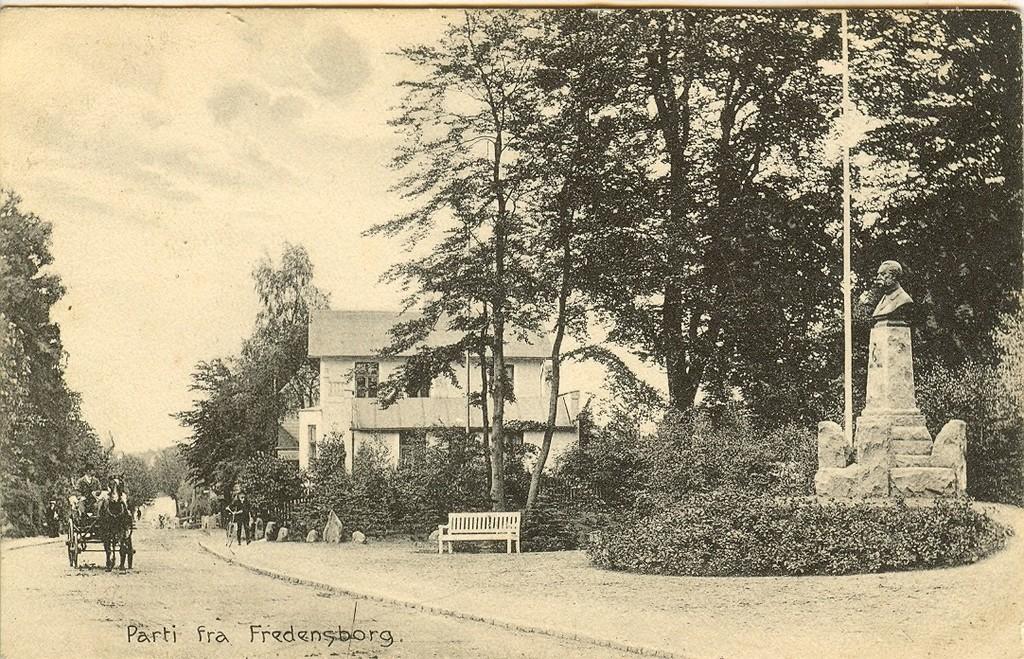 3480.13  Jernbanegade ved Jernbanehotellet og mindestenen for Chr. IX.   Kortet er poststemplet 1918.