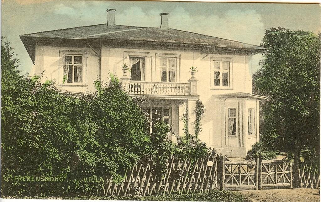 3480.17  Villa Godthåb, Helsingørsvej 2. Fungerede en overgang som anneks til Jernbanehotellet. Nedrevet 20. maj 1980 til stor fortrydelse for de fleste borgere. Blev erstattet af et grimt udseende betonposthus.