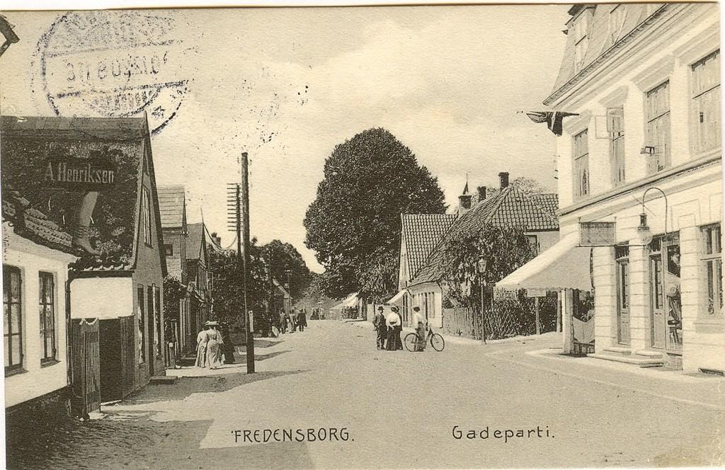 3480.2                                                                                      Jernbanegade i oktober 1920 (kortet er poststemplet der)        Jernbanegade 7 ved hjørnet af Tinghusvej , Baggesminde nummer 24 til venstre, der efter den i starten af 1960érne nedrevne ejendom der husede Fredensborg Brugsforening.