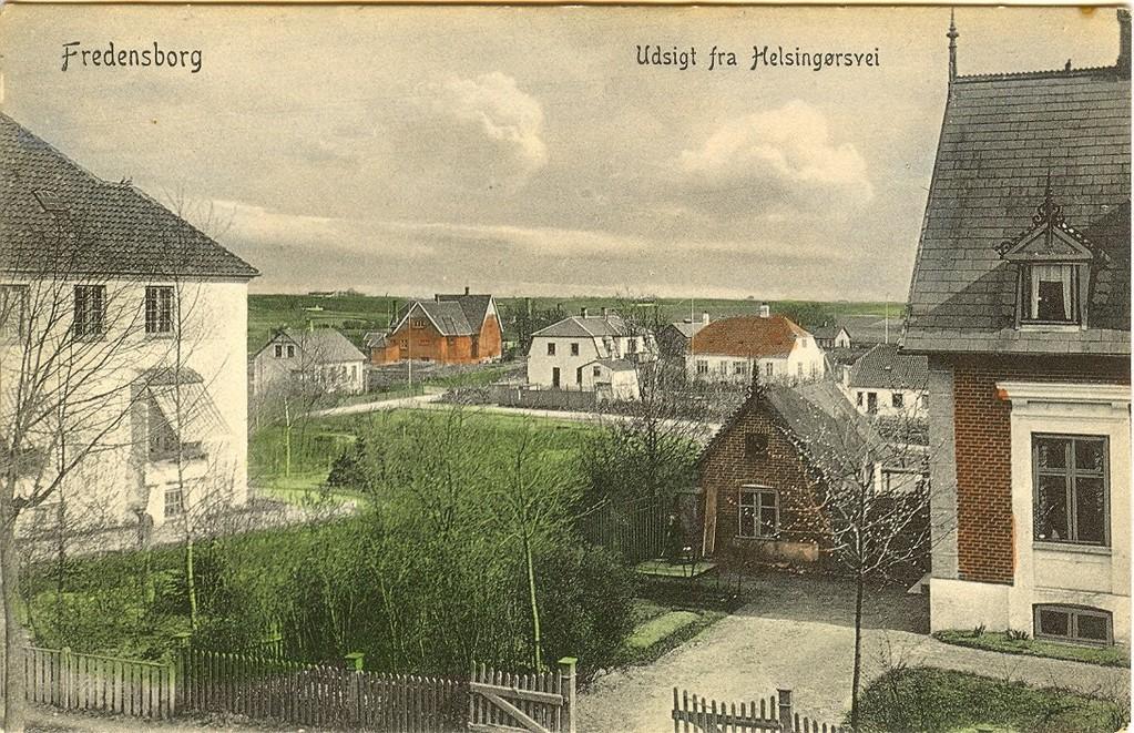 3480.24  Helsingørsvej 18 til højre og Helsingørsvej 20, Fredensborghus til venstre. I baggrunden til højre ses Stationsvej 16 opført 1897. Derefter det tidligere børnehjem Varna opført 1910. Postkortet er ikke dateret, men i perioden fra 1905-15 bliver hele markområdet mellem Helsingørsvej og helt ned til Stationen. Det er Paludan Müllersvej og Bournonvillesvej der bebygges. ( de Lindbergske jorder)