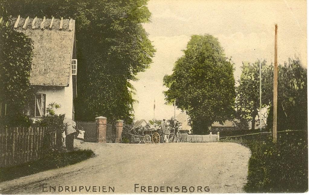 3480.25  Kirkeledshuset til venstre, Olaf Poulsens Alle 2. Bygget år 1850, nedbrændt 25.11. 1948- Genopført. Postkortet er uden dato,men er formodentlig fra ca. 1910. Endrupvej havde en anden vejføring dengang. Fra cirka 1968 går den vinkelret på Helsingørsvej.