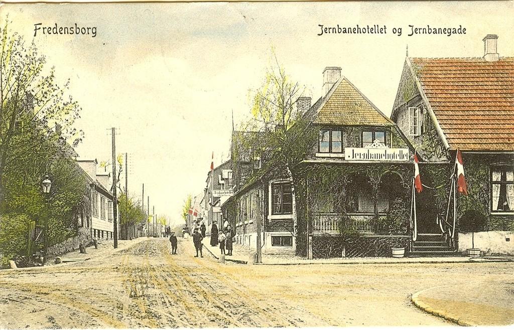 3480.26  Det gamle Jernbanehotel ved hjørnet af Jernbanegade og Helsingørsvej.Opført 1751. Det brændte i 22. februar 1919 og genopstod som et fint stort hotel i flere etager. Kortet poststemplet 18.7.1908