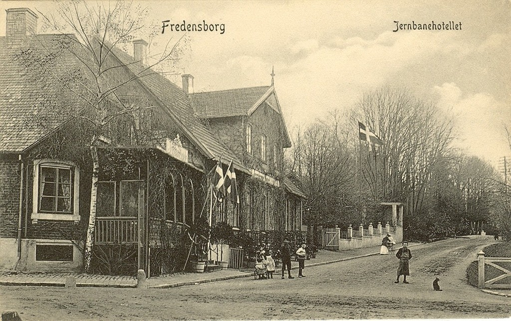 3480.27  Det gamle Jernbanehotel ved hjørnet af Jernbanegade og Helsingørsvej.Opført 1751. Det brændte i 22. februar 1919 og genopstod som et fint stort hotel i flere etager. Kortet er uden årstal.