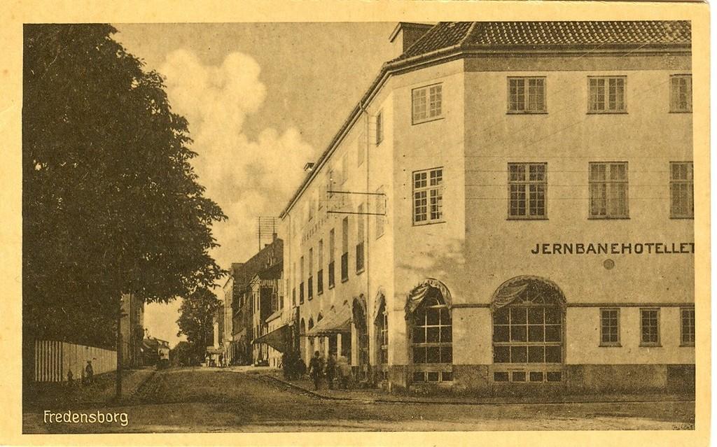 3480.30  Det nye Jernbanehotel opført efter branden 22. februar 1919 Kortet er uden årstal.