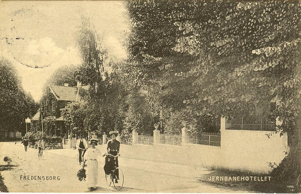 3480.31  Det gamle Jernbanehotel ved hjørnet af Jernbanegade og Helsingørsvej.Opført 1751. Det brændte i 22. februar 1919 og genopstod som et fint stort hotel i flere etager. Kortet er poststemplet juni 1914. 3480