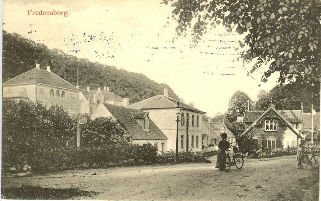 3480.35  Dalen, med Kronprinsensvej 3 og 5 bag ved den fine gadelampe. Kortet er afstemplet 1910, og det er før det trekantede anlæg blev oprettet i 1921-23 af slotsgartner Julius Maag. Kilde:Tursø