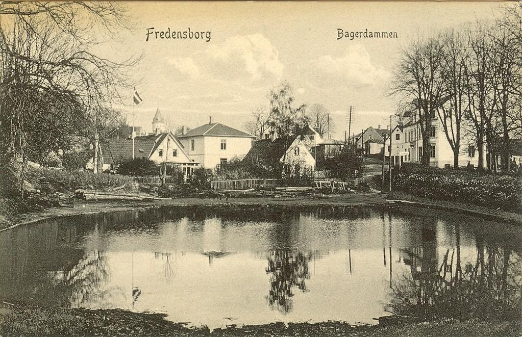 3480.36  Bagerdammen på udateret postkort. Jernbanegade 8 samt vandtårnet blev bygget i 1905 og Jernbanegade 12 er ikke bygget endnu. Det skete først i 1907. ( Østruphus)