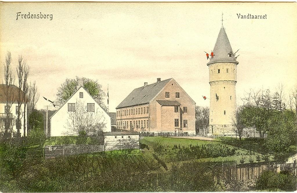 3480.44  Vandtårnet i Fredensborg, 90 fod højt og beliggende på byens højeste punkt, 132 over havet,  rejst på Tinghusvej 4 december 1905. Vand i hanerne fra 6.2.1905. Indvielse april 1906. Kilde : Tursø.