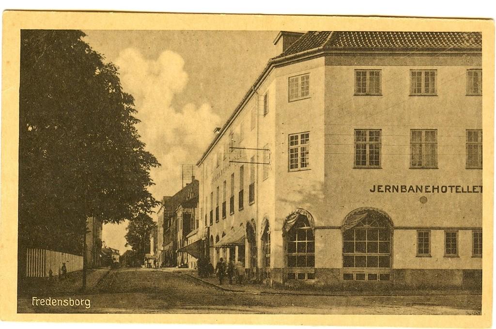 3480.8  Det nye Jernbanehotel opført efter branden 22. februar 1919 Kortet er uden årstal.   FB 20.8.2017