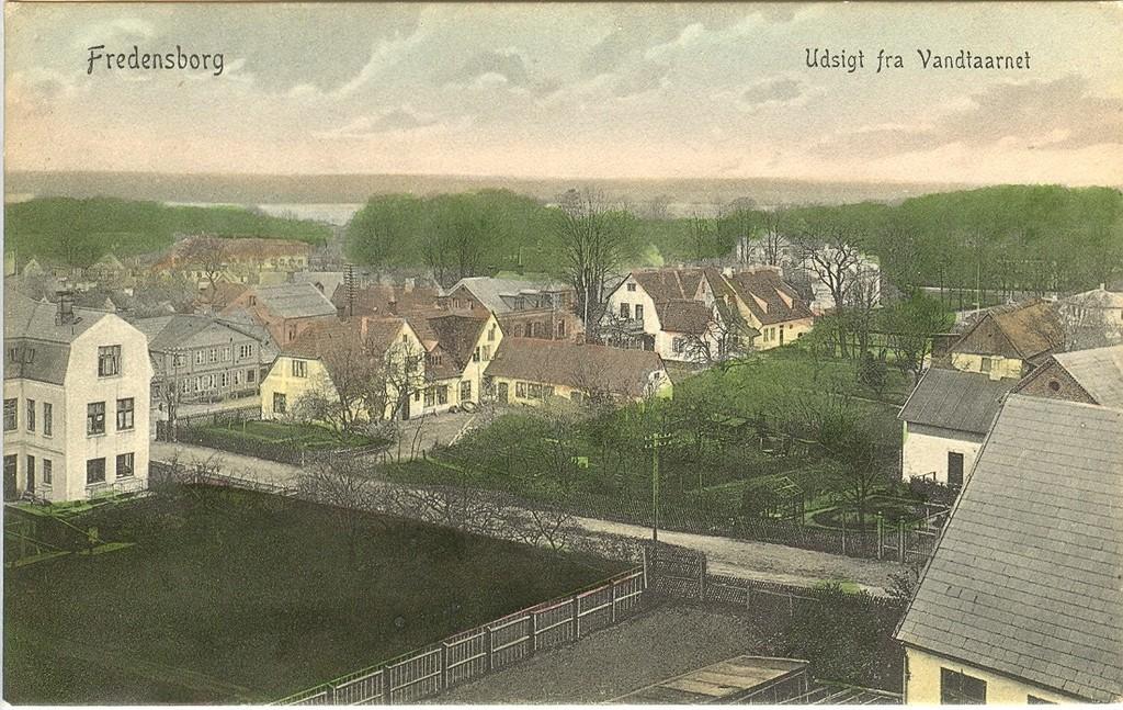 3480.9  Udsigt over Tinghusvej og Jernbanegade. Den hvide bygning til venstre er Jernbanegade 7. I baggrunden ses Esrum Sø. Kortet er uden årstal, men det er nok cirka 1910. Vandtårnet blev bygget i 1906.