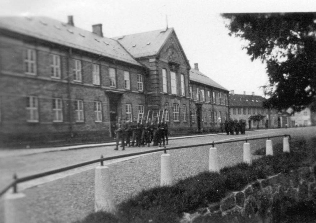 100.126 Soldater marcherer ved Kronborg cirka 1933