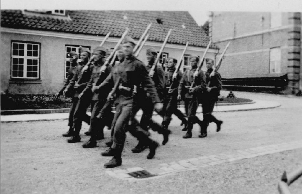 100.127 Soldater marcherer ved Kronborg cirka 1933