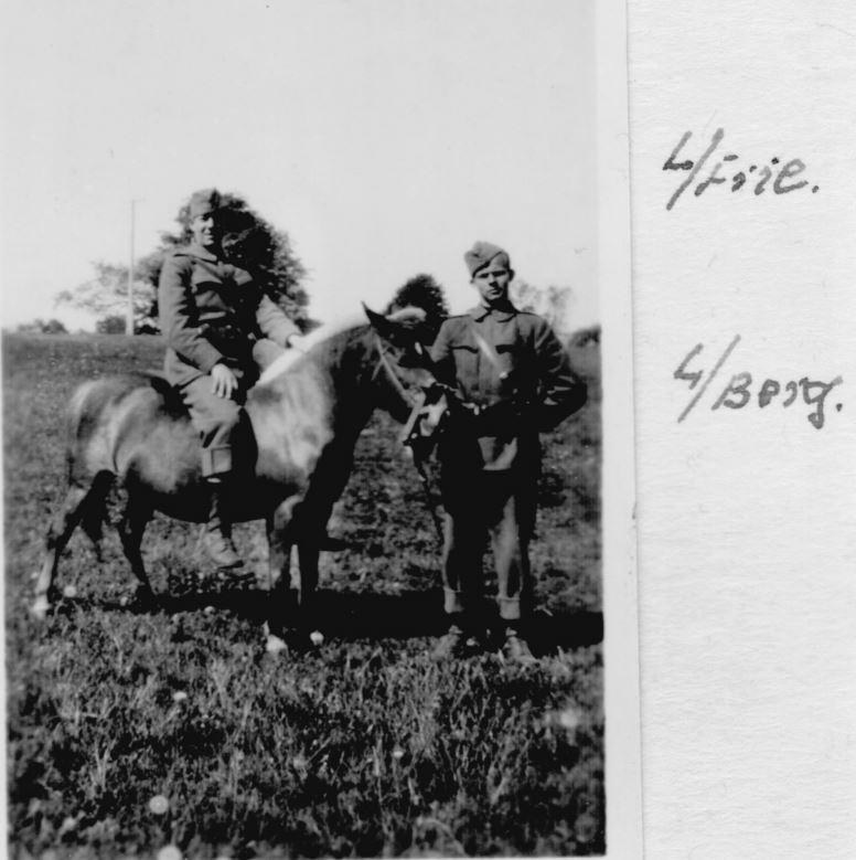 100.129 løjtnant Friie til hest. 1933