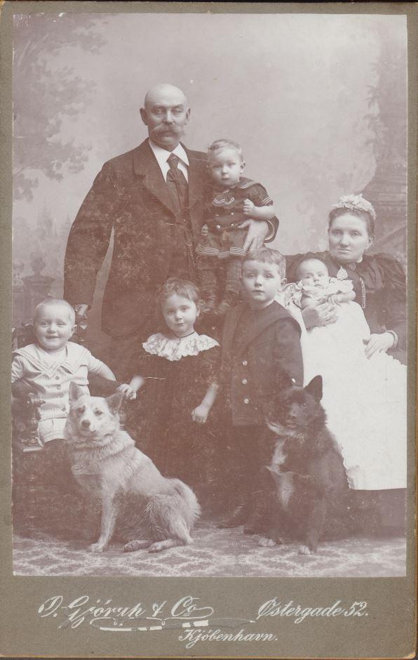 10885.12   Fotograf O. Gjørup og co, 1100 K Tekst : Klara dåb med morforældre. Ida, Carl på morfars arm og to fætre Poul og Carl Johan.