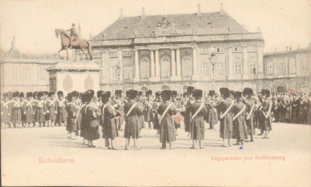 10885.13  Postkort fra vagtparaden på Amalienborg 1257 K Tekst ved x : Peters morfar, musiker ved garden.