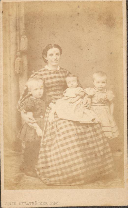 10885.16  Fotograf Julie Stratböcker, 1150 K  Tekst : Peters far, tante Meta og tante Regina med deres mor.