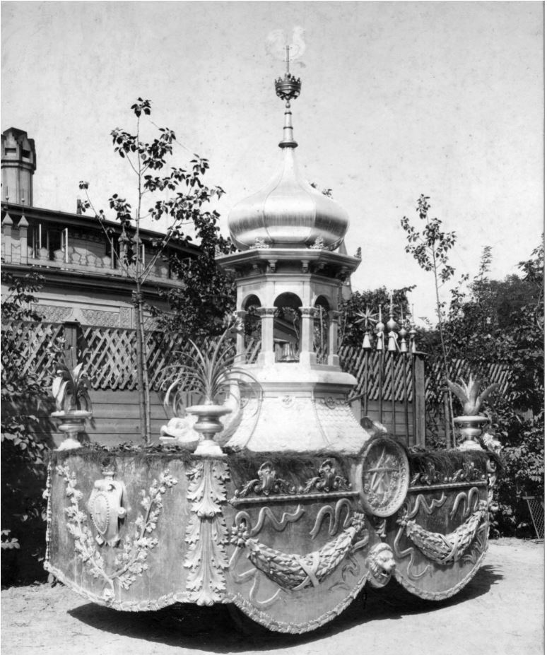 10885.2  Håndværkerfesten i København august 1904, en slags fagenes fest hvor hvert erhverv havde pyntet hestevogne med ting med relation til deres fag. Denne vogn var blikkenslagernes. Her i Tivoli 1620 K K.O 8.5.2017