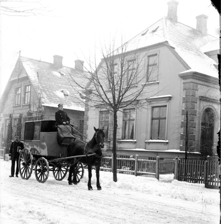 10909.1  Postvogn udenfor Kong Georgsvej 13-15, Frederiksberg.