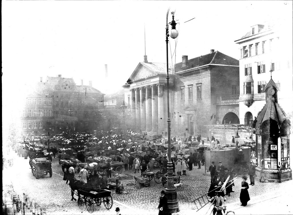 10972.11  Torvehandel ved Domhuset på Nytorv i  1050 København.