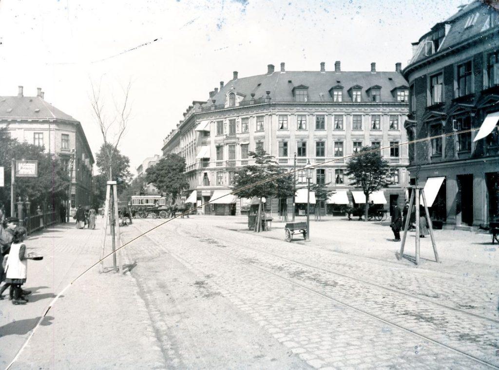 10972.19 Allegade set mod nord.En hestesporvogn passerer krydset fra Smallegade til Gammel Kongevej. Ca. 1890 (?). 2000 F G.K. 26.5.2018