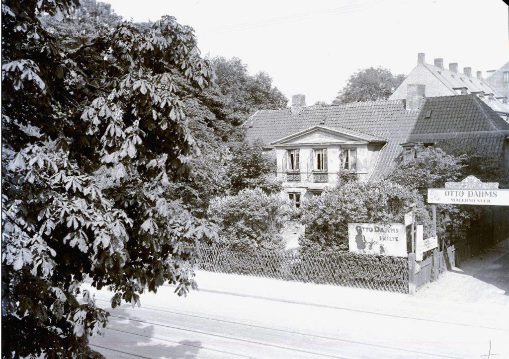 10972.23 Malermester Otto Dahms værksted. Falkoner Alle 20, Frederiksberg. Herfra drev han sin forretning sammen med sønner i perioden 1913-1938. Firmaet malede bl.a. gavlreklamer, deriblandt 'mælkegavle'. Huset blev nedrevet i 1970'erne. 2000 F G.K 23.5.2018