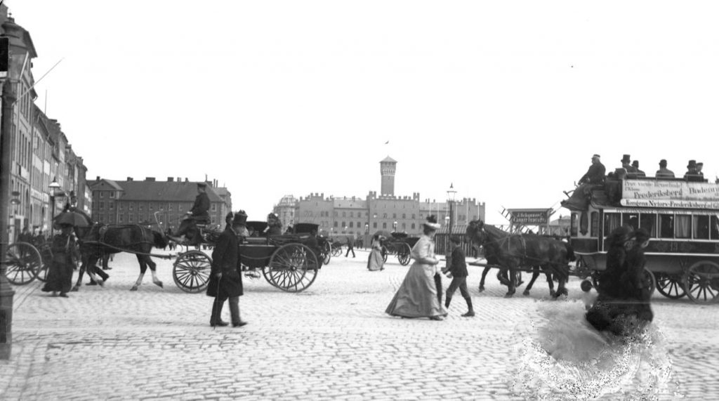 10972.25 Rådhuspladsen (før 1893 Halmtorvet) set fra hjørnet af Vestergade mod Vartov.Sporvogn med reklame for Frederiksberg Badeanstalt (Prøv varme Brusebade.. Foto H.J. Barby. 1599 K  GK 24.5.2018