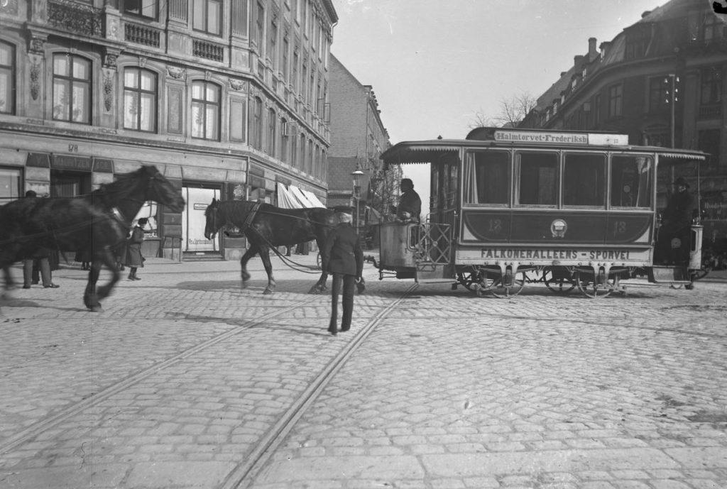 10972.2 Allé Krydset - hvor Barby havde sin forretning. Allégadekrydset med hestetrukken sporvogn. Til venstre hjørneejendommen Gammel Kongevej 178 / Falkoner Allé 2. Foto H.J. Barby. 2000 Frederiksberg G.K 22.5.2018