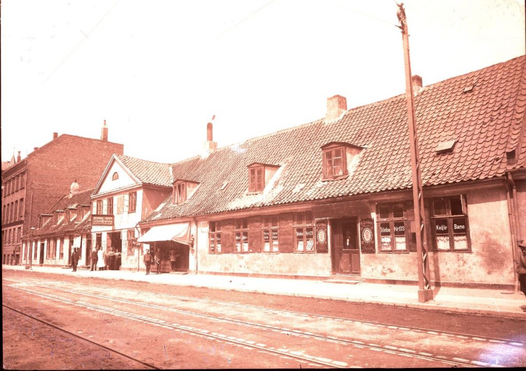 10972.6 Smallegade 36, Frederiksberg. Foto H.J. Barby. Den Gamle Kros bygninger der blev revet ned til fordel for høj bebyggelse i 1906.  2000 F G.K 21.5 2018