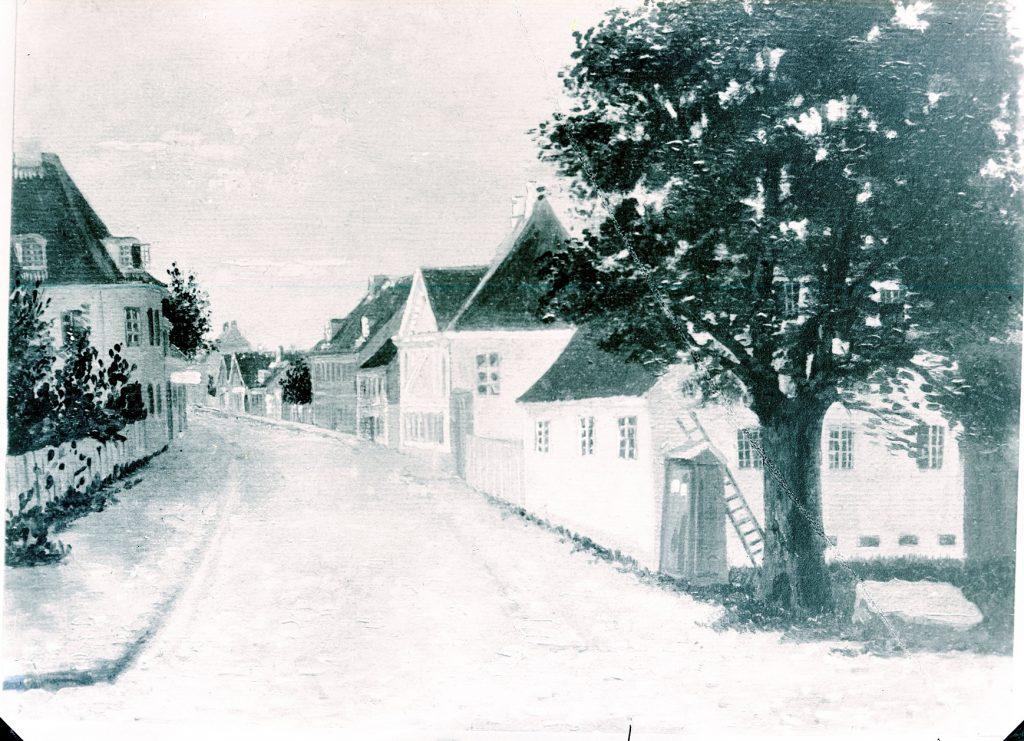 10972.8 Barby (affotografering af maleri) Smallegade, Set fra Allégadekrydset. Andet hus på højre hånd er Møstings Hus (Smallegade 2B), der senere blev nedrevet og genopført ved Andebakkesti ca. 1800.  2000 F G.K. 27.5 2018