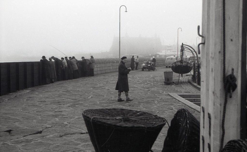 100.4.294 Havnepladsen cirka 1955 -Knud Elsberg i forgrunden.