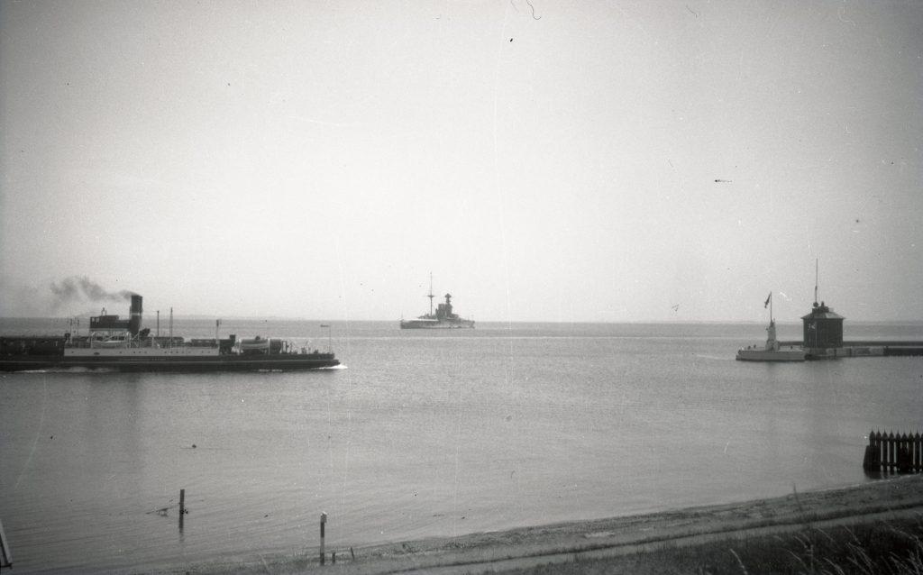 100.5.25 H/F Kronprinsesse Louise udenfor havnen cirka 1933.
