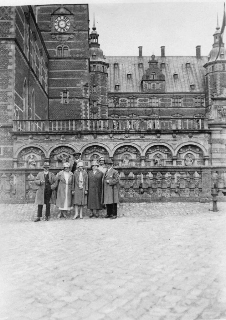 59.27  Foran Frederiksborg Slot 1928