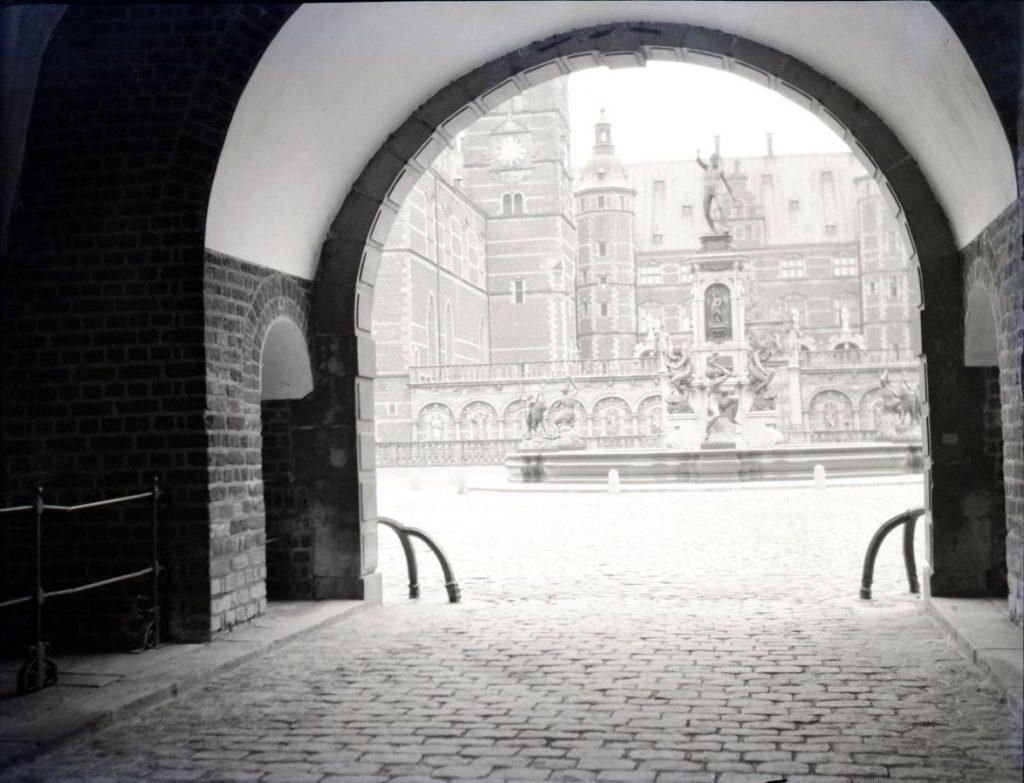 61.28  Frederiksborg Slot.  Ukendt fotograf år 1916