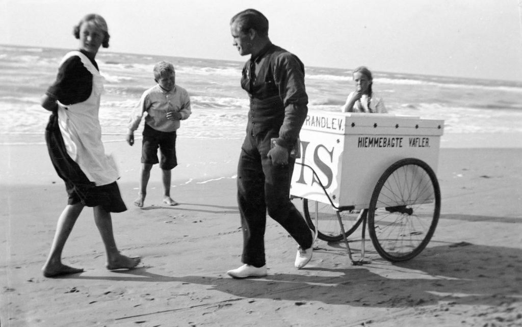 63.80  Ismand ved stranden i Lønstrup 9800 august 1922