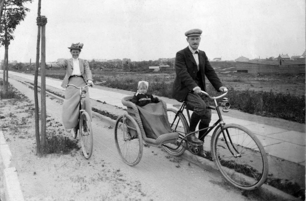71.1 Johannes Bache, f. 1876 broder til Holga Bache f. 1872 sammen med hustruen Margrethe. Datteren Ruth i sidevognen. Foto fra ca. 1906 i udkanten af København.  K-O 2.7.2017