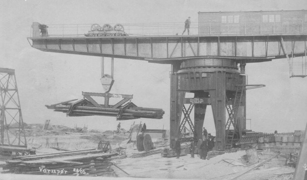 71.102  Vorupør ca. 1908. Arbejdspladsen ved molen. 7700  FB Vorupør 30.8.2017