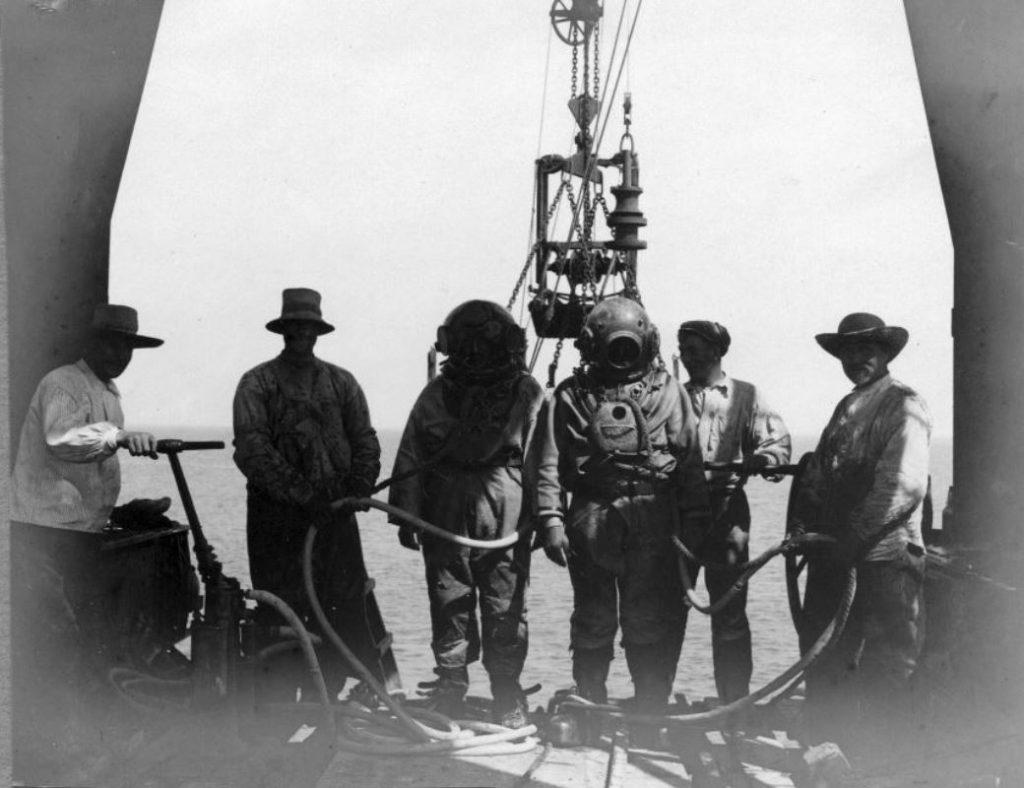 """71.103  Vorupør ca. 1908. """" Dykkerne, der altid skulle ned når en kasse var sat.  FB Vorupør 30.8.2017 Postnummer 7700"""