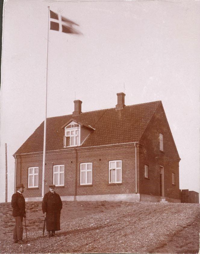 71.106 Agger 1899. Vandbygningsdirektør Otterstrøm og Ingeniør Sletting foran ingeniørboligen ( tekst på bagside af billede ) 7770
