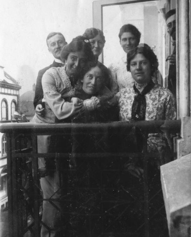 71.11 Fabricius, Holga og Betty på altanen i Esbjerg 1905 Postnummer 6700